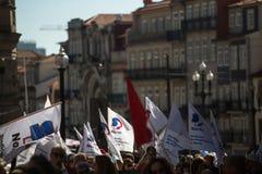 Feier von Maifeiertag in der Oporto-Mitte Allgemeines B?ndnis von portugiesischen Arbeitskr?ften, verbunden mit der kommunistisch lizenzfreie stockfotos
