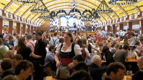 Feier von Oktoberfest innerhalb des großen Bierzeltes Bayern, Deutschland stock footage