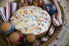 Feier von Ostern mit gefärbten Eiern und von Paska selbst gemacht Stockfoto