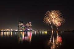 Feier von UAE-Nationaltag mit Feuerwerken über dem Festival lizenzfreies stockfoto