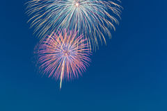 Feierfeuerwerk des neuen Jahres, Kopienraum mit buntem Feuerwerk Lizenzfreies Stockfoto