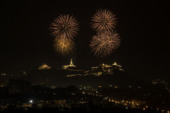 Feierfeuerwerk im nächtlichen Himmel Stockbilder