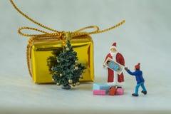Feiergeschichte der frohen Weihnachten mit Miniaturzahl Sankt-Cl Lizenzfreies Stockfoto
