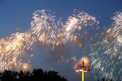 Feierliche bunte Feuerwerke Stockbild