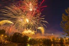 Feierliche Feuerwerke über einem Teich in der Stadt von Russland Lizenzfreie Stockbilder