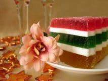 Feierliche Tabelle (Farben-Geleekuchen und -blume auf Platte) Lizenzfreies Stockfoto