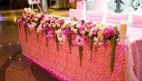 Feierliche Tabellen in der Banketthalle Lizenzfreie Stockbilder
