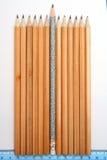 Feierlicher Bleistift mitten in üblichen Bleistiften Lizenzfreies Stockbild