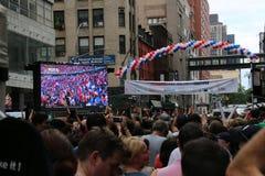 Feierlicher Hintergrund mit Feuerwerken und Markierungsfahnen Lizenzfreie Stockbilder