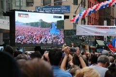 Feierlicher Hintergrund mit Feuerwerken und Markierungsfahnen Lizenzfreies Stockfoto