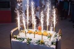 Feierlicher Kuchen mit Feuerwerken Lizenzfreie Stockbilder