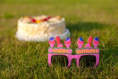 Feierlicher Kuchen und Gläser, der ein glückliches sagt Stockbild