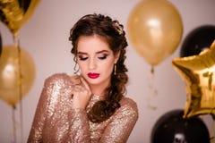 Feiern der Frau Feiertagsleute Schönes Mädchen mit perfektem M Lizenzfreie Stockfotos
