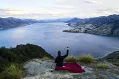Feiern der glücklichen touristischen Frau auf Gebirgsgipfel Lizenzfreies Stockfoto