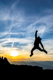 Feiern des Erfolgs im Sonnenuntergang Lizenzfreie Stockfotos