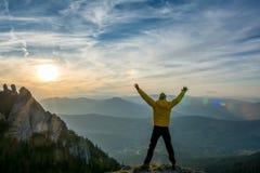 Feiern des Erfolgs im Sonnenuntergang Lizenzfreie Stockbilder