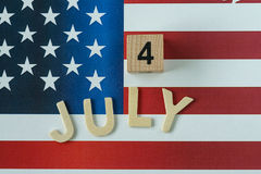 Feiern des Unabhängigkeitstags mit Holzklotz und Alphabet Lizenzfreie Stockfotografie