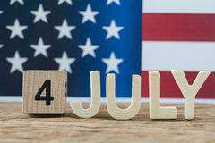 Feiern des Unabhängigkeitstags mit Holzklotz und Alphabet Stockfoto