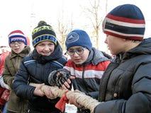 Feiern des Volksfeiertags Maslenitsa in Russland Stockbilder