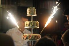 Feiern mit glänzenden Wunderkerzen in der Aktion Lizenzfreie Stockfotografie