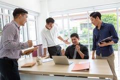 Feiern Sie Erfolg Geschäfts-Team feiern einen guten Job in weg lizenzfreie stockfotos