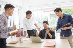 Feiern Sie Erfolg Geschäfts-Team feiern einen guten Job in weg stockbild