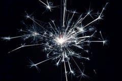 Feiern Sie kleine Feuerwerke der Parteiwunderkerze auf schwarzem Hintergrund Lizenzfreie Stockbilder