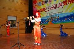 Feiern Sie Tag der Kinder: Spielen der Flöte Stockbild