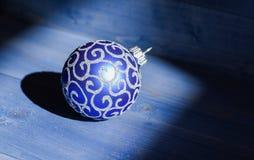 Feiern Sie Weihnachten Weihnachtsballdekoration auf hölzernem Hintergrund der blauen Weinlese Winterurlaubkonzept decorate stockbild