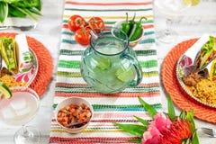 Feiern von Cinco de Mayo mit Margaritas und Tacos stockfotos