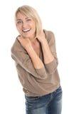 Feiernde und zujubelnde lokalisierte reife blonde Frau mit zuerst Lizenzfreies Stockfoto