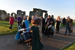 Feiernder-Versammlung bei Stonehenge Stockbild