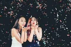 Feierparteigruppe der asiatischen jungen Frau, die Konfettis ha hält Stockfotos