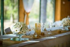 Feiersitzplätze auf Hochzeit, Tischschmucke mit Blumen für Partei oder Hochzeit Lizenzfreies Stockfoto