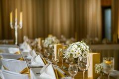Feiersitzplätze auf Hochzeit, Tischschmucke mit Blumen für Partei oder Hochzeit Stockbild