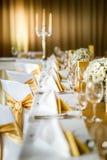 Feiersitzplätze auf Hochzeit, Tischschmucke mit Blumen für Partei oder Hochzeit Stockfotografie
