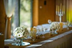Feiersitzplätze auf Hochzeit, Tischschmucke mit Blumen für Partei oder Hochzeit Lizenzfreie Stockfotografie