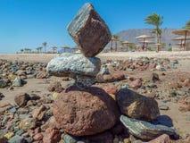 Feiertag in Ägypten, die Balance der Sonne, das Meer, der Strand, die Hitze, Palme-Regenschirmservice Lizenzfreie Stockbilder