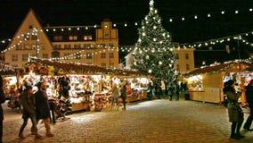 Feiertag angemessen an der alten Stadt in Tallinn stock video