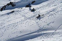 Drei Kinder, die im Schnee spielen Lizenzfreies Stockbild