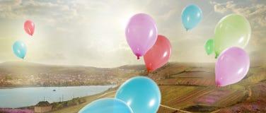 feiertag Bunte Luft-Ballone im Himmel Lizenzfreie Stockfotos