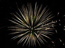 Feiertag, Feier - Blitz von hellen bunten Feuerwerken im bla Lizenzfreies Stockfoto