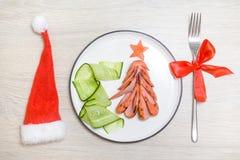 Feiertag, Feier, Lebensmittelkunstkonzept Lustiger essbarer Weihnachtsbaum gemacht von gebratenen gegrillten Würsten, Frühstücksi stockbild