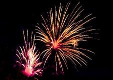 Feiertag, Feier - zwei Blitze von bunten Feuerwerken in Stockfotografie