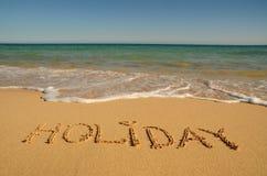 Feiertag geschrieben auf das Ufer Lizenzfreie Stockfotos