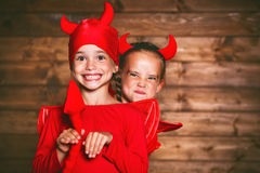 Feiertag Halloween lustige lustige Schwesterzwillingskinder im carniva Stockfotos