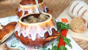 Am Feiertag ist die Tabelle ein Topf vegetarisches Lebensmittel - fleischlose Suppe Suppe gerührt stock video footage