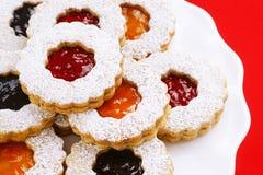 Feiertag Linzer-Torte-Mandelgebäck mit Konserven lizenzfreie stockfotografie