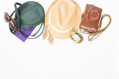 Feiertag, Reisehintergrund Grüne Quertasche, Strohhut, Retro- braune Sonnenbrille, Retro- Kamera, boho Armband und Ohrringe Flach stockfoto