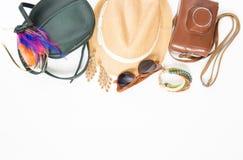 Feiertag, Reisehintergrund Hippie-Material Grüne Quertasche, Strohhut, Retro- braune Sonnenbrille, buntes Stirnband, Retro- Kamer stockfotos